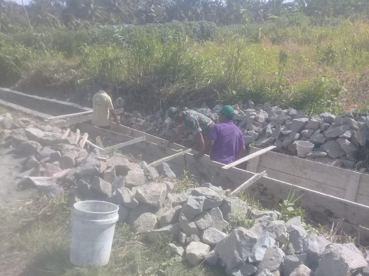 Babinsa Koramil 1312-05/Essang Karya Bakti Bersama Masyarakat Membangun Drainase
