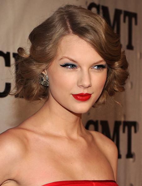 fd19c7d5d1fa Taylor Swift ha abbinato ad un rosso acceso un ombretto azzurro e una  grossa riga di eyeliner. l effetto è bello ed elegante. Kim Kardaschian sta  molto bene ...