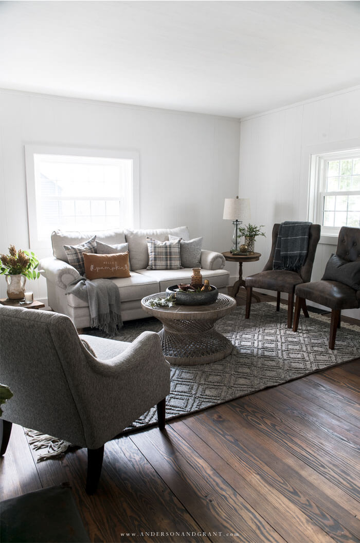 Must read tips for adding a simple fall style to your modern farmhouse living room.