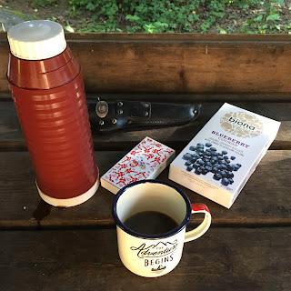 Kahvittelutarpeet puupöydällä
