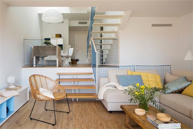 salon casa castelldefels decorado en tonos azules y amarillos chicanddeco
