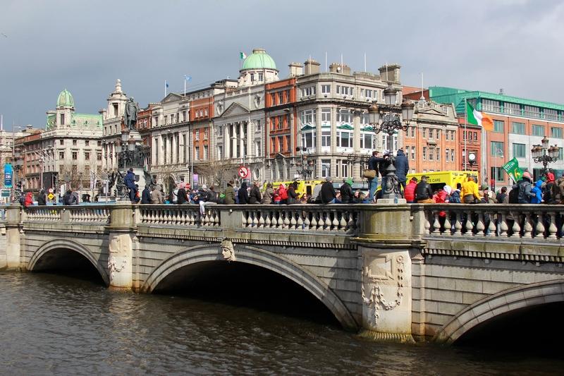 vue de la foule attendant la parade de l'indépendance du l'un des ponts surplombant Liffey