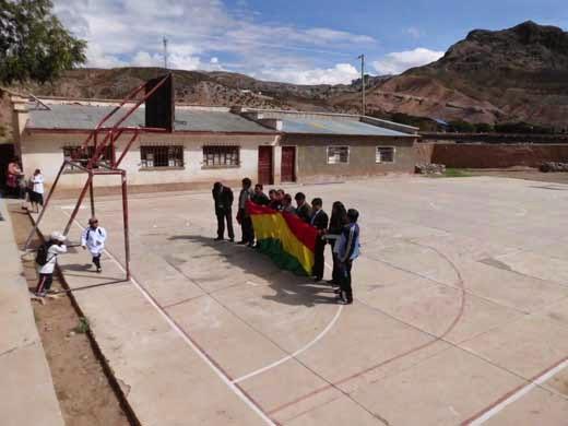 Eid vor der bolivianischen Flagge