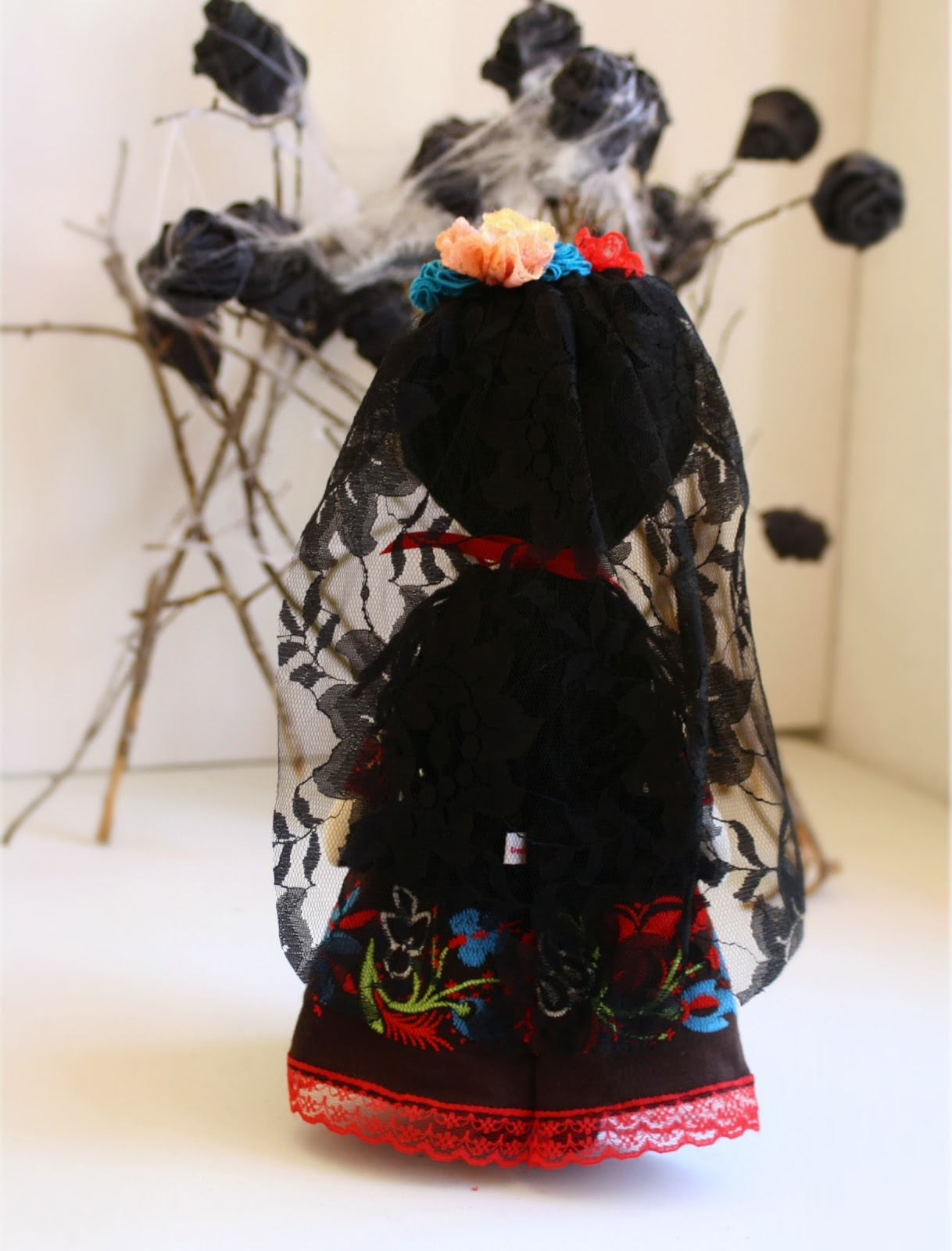 La Catrina, muñeca con velo negro de encaje de espaldas