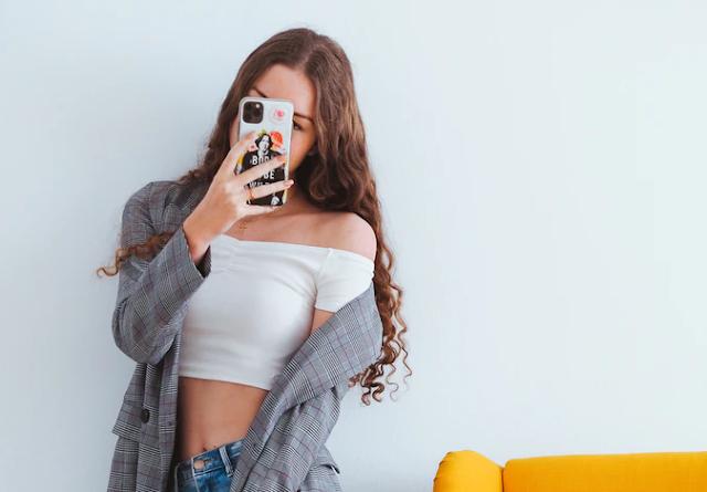Chica tomándose una selfie para instagram