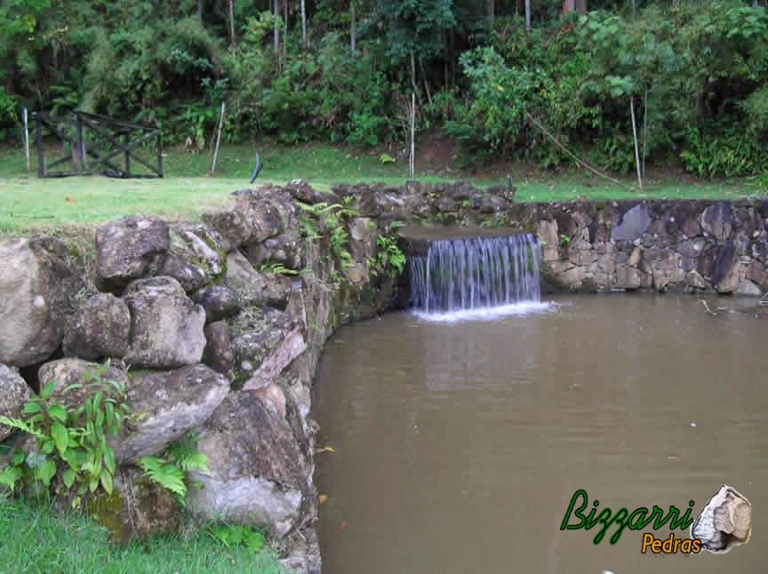 Construção de lagos com os muros de pedra.