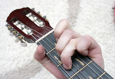 Cara bermain kunci dasar gitar