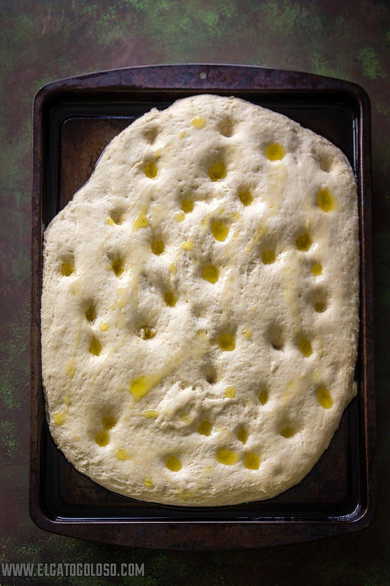 Focaccia dorada, aprende cómo hacer una fácil y deliciosa focaccia en www.elgatogoloso.com