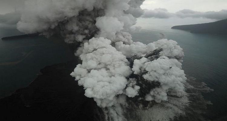 Anak Krakatau Masih Keluarkan Abu Vulkanik, Tim BMKG Belum Bisa Mendekat