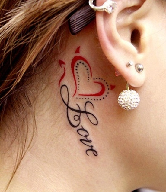Tatuaje Love detrás de la oreja