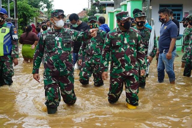 Komandan Korem 071/Wijayakusuma Meninjau Banjir Di Kelurahan Klidang Lor Batang