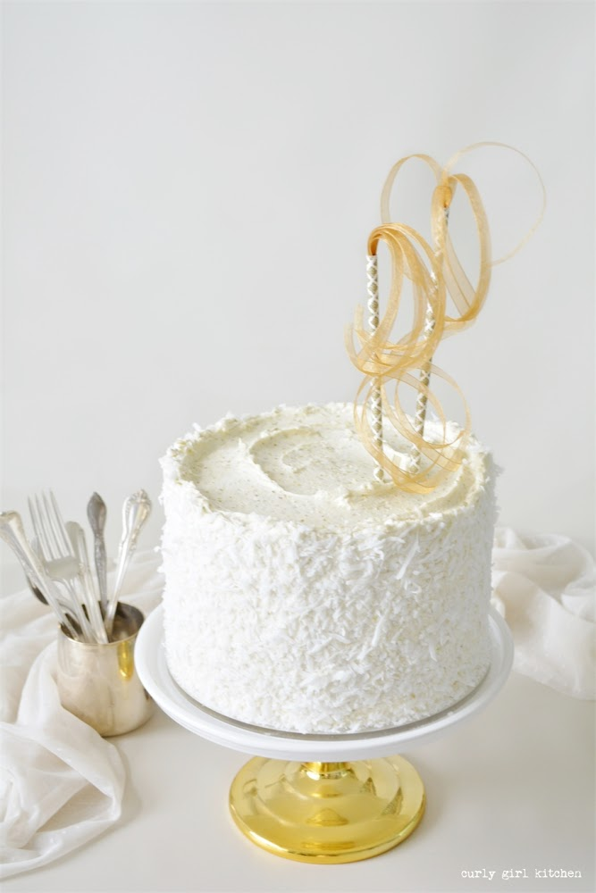 Pistachio Coconut Cake, Coconut Cake, Pistachio Cake, Cake Decorating Ideas, Gold Cake Stand, Vintage Silver