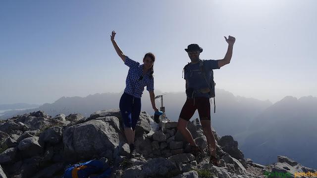 Celebrando cumbre en lo alto de Torre Bermeja en Picos de Europa