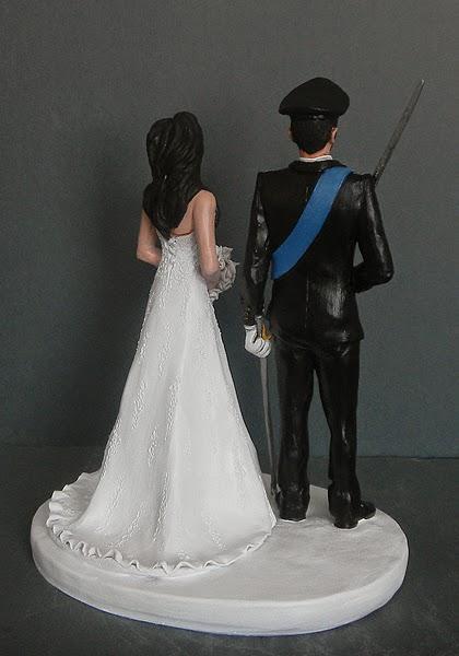 sposi in uniforme da gala sciabola cake tops scultura torta nozze orme magiche