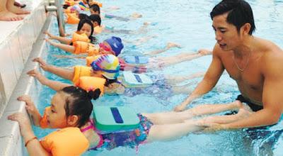 Nên cho trẻ dùng đồ bơi khi tập