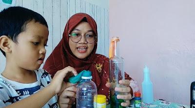 menyiapkan eksperimen anak menggunakan balon