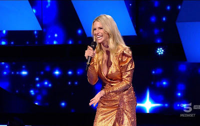 Michelle Hunziker vestito color oro foto all Together Now 18 novembre
