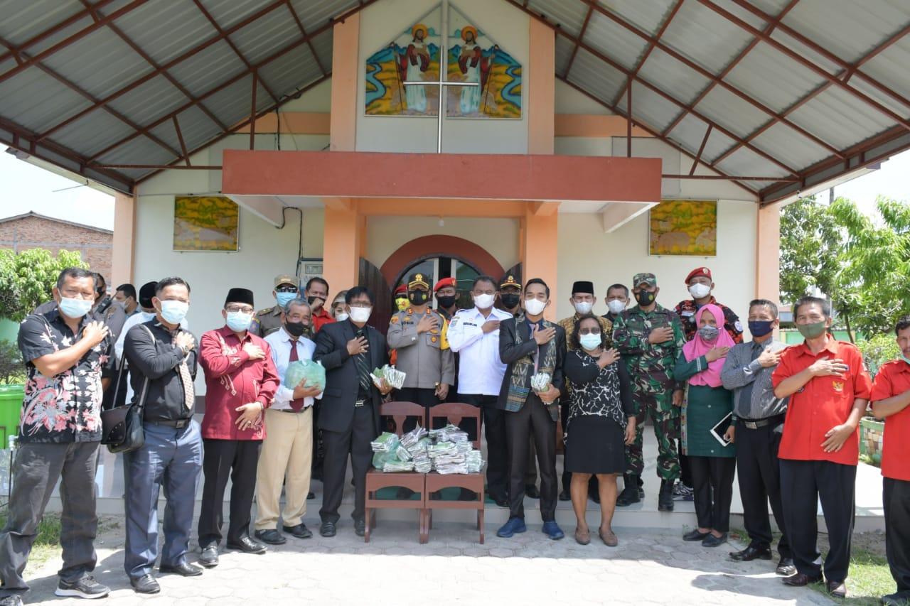 Selain Tinjau Pelaksanaan Ibadah Jumat Agung dan Pelaksanaan Prokes,  Bupati Sergai Juga Membagi-Bagikan Masker