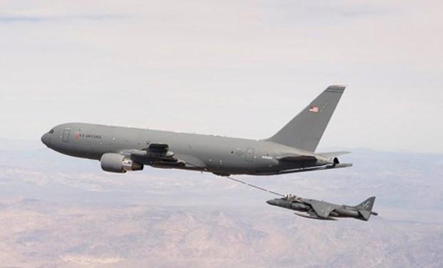 Pesawat Tanker KC-46A Amerika berhasil Mengisi Bahan Bakar AV-8B Harrier II Di Udara