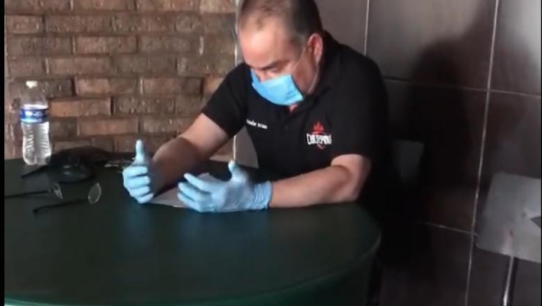 Un patron a început să plângă în timp ce-şi plătea pentru ultima dată angajaţii