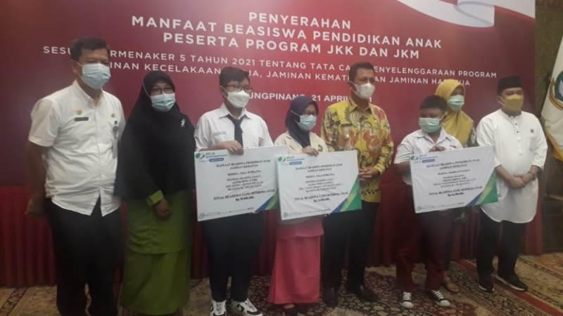 Menaker Berikan JKK-JKM pada 292 Anak di Kepri