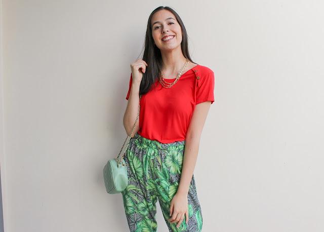 Look cor vibrante + calça estampada!