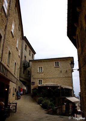 Il saliscendi del centro di San Marino