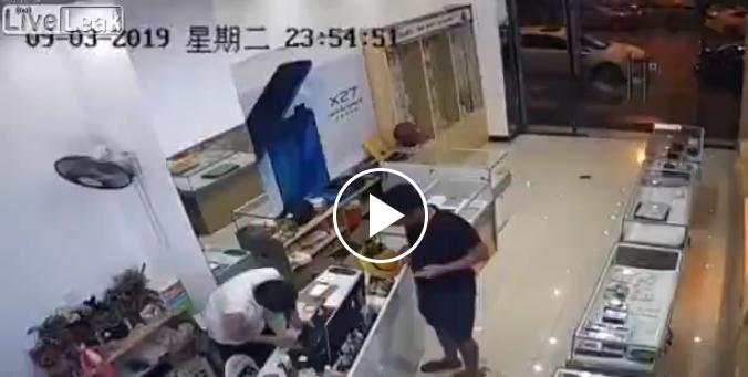 Çin'de telefoncuda ilginç bir olay yaşandı!