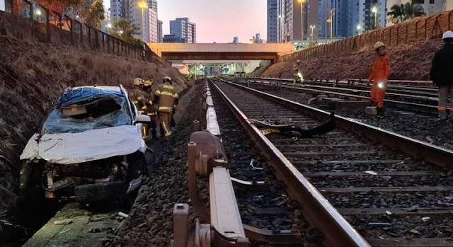 Veículo cai de uma altura de 10 metros e vai parar nos trilhos do Metrô-DF em Arniqueiras