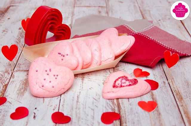 Meringues en forme de cœur et à la poudre de biscuits roses pour la Saint Valentin