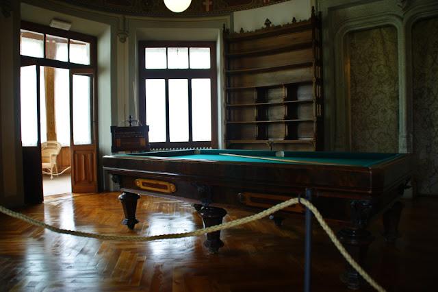 La sala da gioco con il tavolo da biliardo