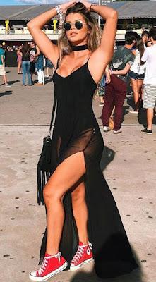 Vestido de Fenda + Tênis