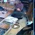 व्हिडीओ : वडिलांसोबत बंदूक घेयला गेला आणि चुकून उडवले दुकानदारालाच !