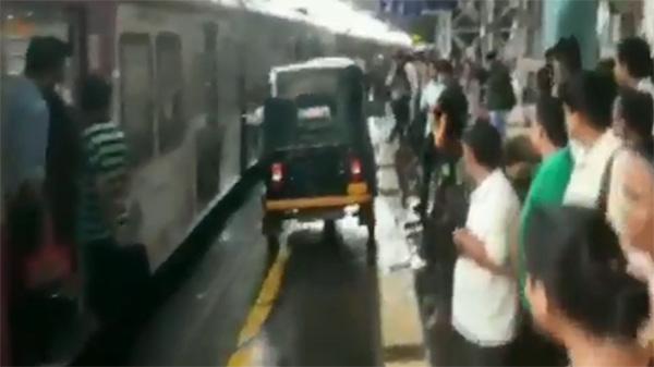 Mumbai, News, National, Auto Driver, Police, Women, Arrest, hospital, Man Drives Auto On Mumbai Railway Platform