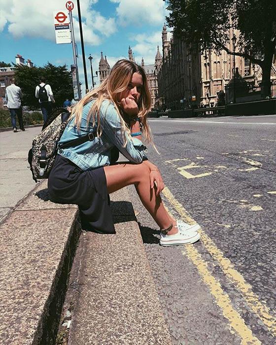 foto tumblr sentada en la calle