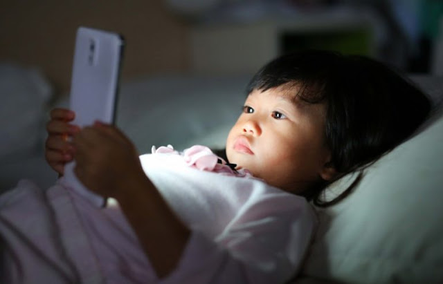 "Ghave identified a connection between the use of light screens and delays in the development of language . To ""enlighten"" us on this topic is a research by the University of Toronto which, for the first time, reveals the unfortunate consequences of the use of mobile phones and tablets by very young children."