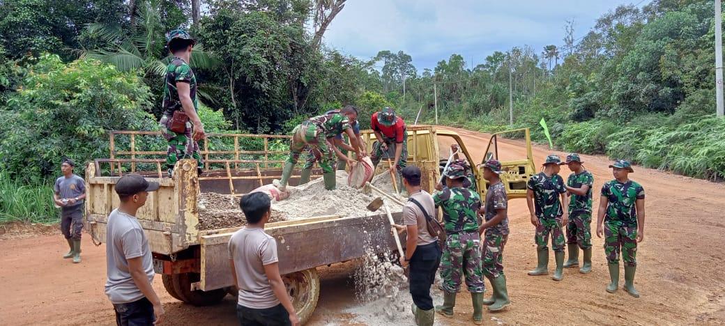 Anggota Satgas TMMD Kodim 0315/Bintan dan Warga Marok Tua Mulai Membangun Gorong-Gorong Sebagai Penunjang Pembangunan Jalan