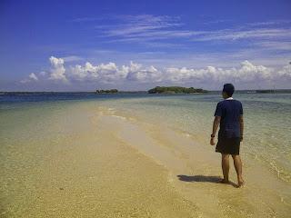 Jalan penghubung di tengah laut antara Pulau Maringkik dan Pulau Kambing