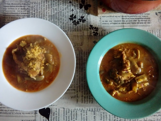 Arroz caldoso de costillitas de conejo y alcahofas