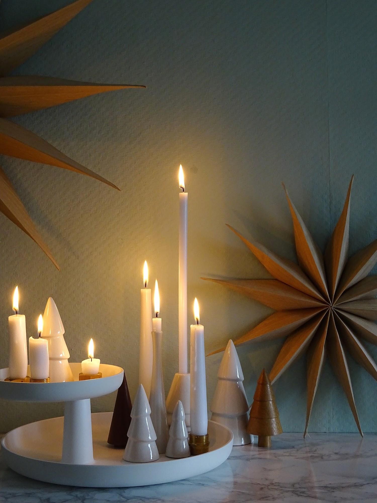 5 Deko-, Verwendungs- und Geschenk-Ideen mit Etageren - Weihnachtliche Deko-Idee mit Kerzen und Porzellan-Tannen auf einer Etagere - https://mammilade.blogspot.de