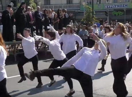 """Σάλος με την παρέλαση των """"παρλιακών"""" στη Νέα Φιλαδέλφεια - Οργή του Δημάρχου Γ. Βούρου (βίντεο)"""