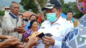 Viral, Bupati Samosir Bagi Masker Diduga Abaikan Social Distancing