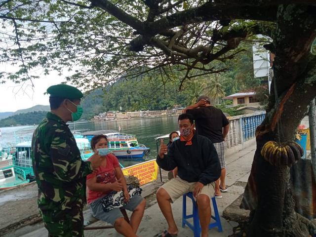 Tepatnya Dipinggiran Danau Toba Personel Jajaran Kodim 0207/Simalungun Laksanakan Gakplin Kepada Para Pengunjung