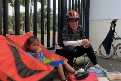 Nikmati Jalur Sepeda DKI, Susi Pudjiastuti Ucap Terima Kasih Ke Anies Baswedan