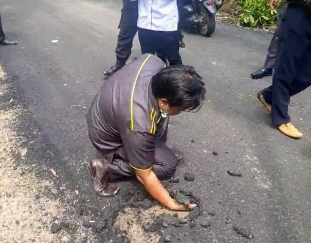 Viral Anggota DPRD di Sumsel Keruk Aspal Pakai Tangan