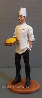 Statuina personalizzata cuoco con tagliere di polenta ritratto ragazzo appassionato cucina chef orme magiche