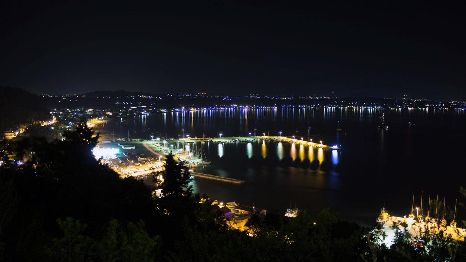Νυχτερινή θέα από το βουνό του Κατακόλου προς το λιμάνι