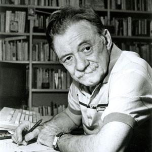 Foto de Mario Benedetti en su escritorio