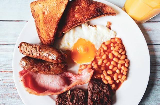 Colazione tipica irlandese a base di uova, bacon, salsicce e pudding, tutto accompagnato da pane tostato.