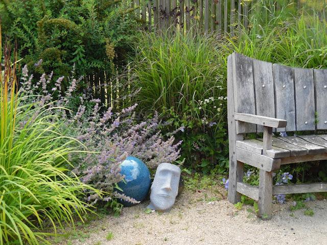 drewniana ławka, ozdoby ogrodowe